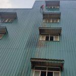 nhân viên carepro việt nam đang thực hiện đu dây vệ sinh nhà xưởng