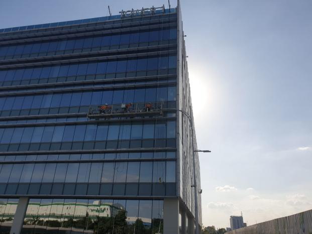 Vệ sinh tòa nhà cao tầng ở TP HCM